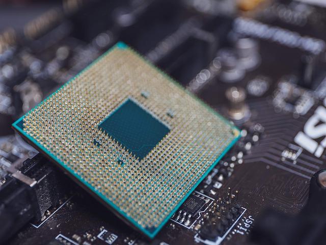 La loi de Moore porte le nom du cofondateur d'Intel, Gordon Moore. En 1965, il a prédit que le nombre de composants dans les puces informatiques doublerait chaque année. En 1975, il l'a révisé à une fois tous les deux ans. Il a observé qu'à mesure que la puissance de traitement des ordinateurs augmentera, le prix de chaque composant diminuera également. La prédiction de Moore s'est avérée correcte: pendant les cinq décennies depuis 1961, le nombre de composants dans une puce a doublé environ tous les 18 mois. Cependant, de nombreux experts estiment que la loi de Moore ne sera bientôt plus valide en raison de l'influence de la physique quantique. La loi de Moore stipule que le nombre de transistors dans une puce informatique double tous les deux ans environ. À mesure que le nombre de transistors augmente, la puissance de traitement augmente également. La loi stipule également qu'à mesure que le nombre de transistors augmente, le coût de chaque transistor diminuera. Par conséquent, non seulement la puissance de traitement des puces informatiques augmentera de manière exponentielle, mais le coût de chaque transistor diminuera également de manière exponentielle.