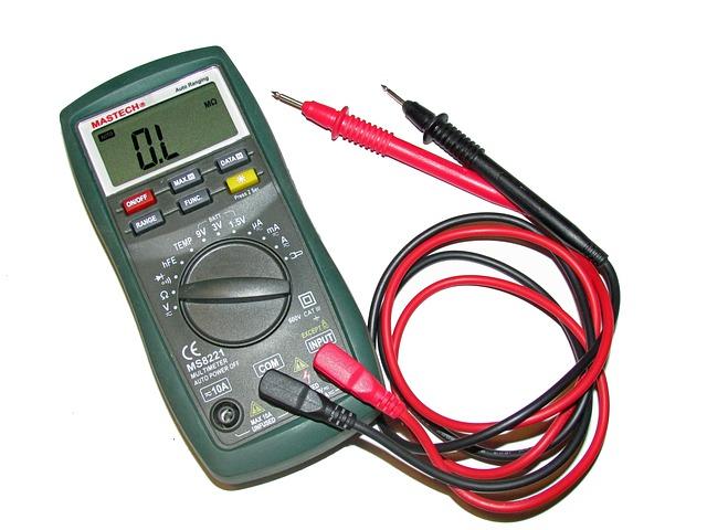 Comment se branche un voltmètre ?