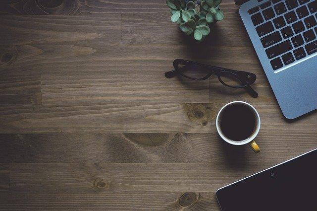 Certaines entreprises ou organisations transforment leurs pratiques de manière à remplacer l'échange de documents papier par l'utilisation de documents numériques et de services en ligne. Comment appelle-t-on cette démarche ?