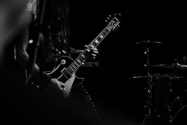 Avec quel guitariste Kurt Cobain était-il dans la photo originale ?